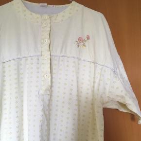 Sart gul vintage - retro natkjole med blomster broderi str M. Kjole er i 100 % bomuld. Standen er super og man kan også vælge at bruge kjolen som hverdagskjole.
