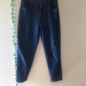 💙 Jeans fra SAND 💙  SAND new basic, str. 42  De er brugt og vasket en del, men ingen synlige skader  Højtaljede og sidder rigtig flot! Man får en flot 🍑  100% bomuld   🌸 Se mine andre annoncer og få mængderabat 🌸