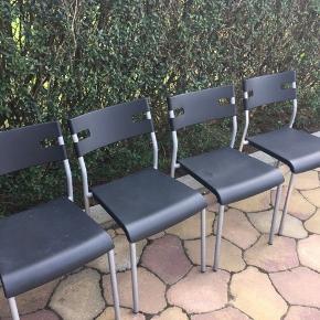 4 spisestole i mental og hard plast De er i pænt stand alle  4 de sælges samlet Den ene har et lille knæk i sædet uden betydning for brug De kan hentes Esbjerg 6715 Tarp og prisen er for alle 4