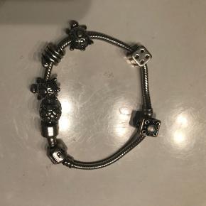 Pandora armbånd med seks led. Samlet pris 350kr eller 60kr pr led. Det ene led med perle er solgt