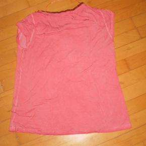 Varetype: T-shirt NY Farve: Gammel Rosa Oprindelig købspris: 400 kr.  Super sød og feminin bluse.  Str xl svarer til 40-42  100 % Polyester  Pris 150 plus porto