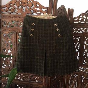 Varetype: nederdel Farve: se billede  Længde:kort Fit:normal For:100% acetat  Mønster:ternet Materiale:80% polyester, 10% uld, 10% andre materialer