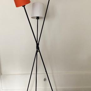 Gulvlampe med 4 skærme, så der er mulighed for flere farvekombinationer: 2 sorte, 1 orange (aldrig brugt) 1 hvid (aldrig brugt)