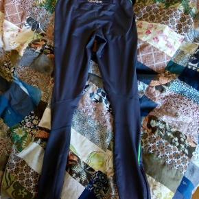Et bar grå løbe-tights i god kvalitet. Jeg fik dem i gave for flere år siden, men har kun brugt dem et par gange, da de er for små til mig. Derfor er de næsten som nye.