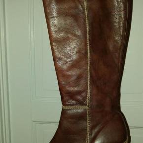 Varetype: støvler Farve: brun Oprindelig købspris: 1789 kr.  Lækreste Wonders støvler i blød brun læder. Har behagelig rågummi sål. Aldrig brugt, kun afprøvet. Sælges da jeg kan ikke lukke dem længer pga skadet ankel :(( Hæl 7,5cm Ankel omkreds 28/28,5cm Skaftets bredde overst 39,5/40cm Skaftets længde 44,5cm Np 1789kr Mp 700 kr pp Vil helst handle via mobilpay, ved ts handel pålæges ts gebyr på 35kr. Bytte ikke med denne vare.