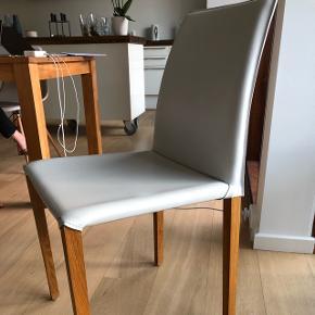 Spisebordstole, 2stk til salg, lækker læder/træ stol i hvid. Brugt 5 år. Pris er per stol.