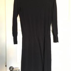 Varetype: Midi Farve: Blå  Lækker strik kjole i bomuld