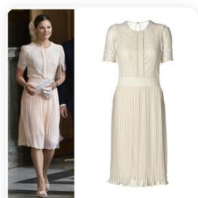 Utrolig smuk kjole fra By Malene Birger i str. 40.  Aldrig brugt og er dermed i perfekt stand og fuldstændig som ny.  Mp 1500 DKK via mobilepay.  Jeg handler helst via mobilepay - hvis TS handel ønskes, da betaler køber alle gebyrer :-)