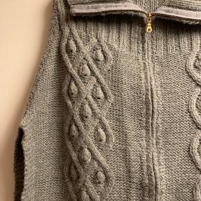 Brugt en gang eller to. Lækker varm poncho-agtig strik i 46% uld, 46% acryl og 8% nylon.  Superlækker!