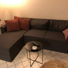 Sofaen er 1 år gammel. Fremstår som helt ny og ingen brugsskader. Sofaen er en sovesofa og der er opbevaring i chaiselongen.