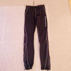 Endurance sorte løbetights med lynlås forneden i begge ben og lomme bagpå. Str 10 år 140 cm