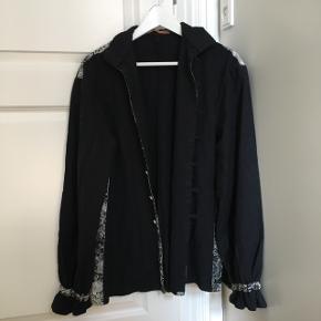 Vintage uldjakke med dekorerede kanter  Oversize men ca str M   Kom med er bud!   Kan afhentes på Vesterbro eller sendes(køber betaler fragt)