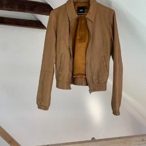 Fed jakke med en smule slidtage! Prisen er sat herefter🤎