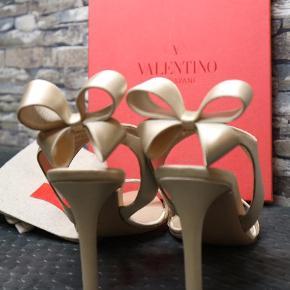 Varetype: Stiletter Størrelse: 37.5 Farve: Champagne Oprindelig købspris: 5400 kr.  Super flotte Valentino stiletter i champagne farvet satin. Brugt 1 gang til et bryllup. Kommer i original æske