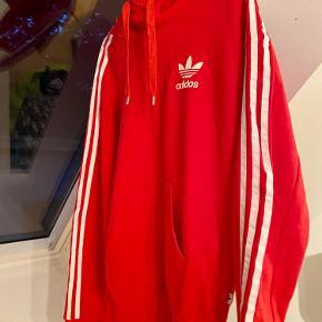 Adidas hoodie ❤️ kan passes af en small/medium