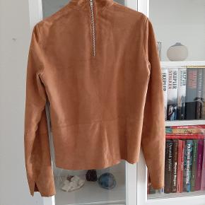 Modström ruskinds bluse købt for nogle år siden - kun blevet prøvet på, men ikke blevet brugt.