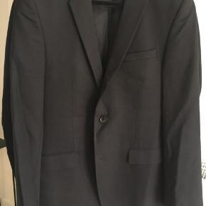 Pænt klassisk sort blazer i ren uld. Brugt få gange.   Kom med et bud :)