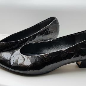 Sorte vintage laksko str. 41. Mega behagelige at have på. 4 cm hæl. En del slidt i indersålen, men kan skiftes.