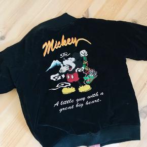Vintage Mickey Mouse vendbar bomber jakke i sort Velour og med lyserød silke for hvor Mickey Mouse også er broderet på. Jakken har brugsspor, da den er vintage - men super fin og unik. Lidt oversize, passer S/M.  Se mine andre annoncer🌸