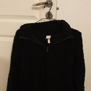"""H&M """"teddy"""" sweatshirt Sælges da den ikke bliver brugt Bliver hurtigt fnugget Byd gerne Np: ca 180kr"""