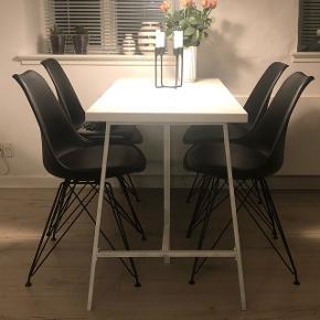 """4 spisebordsstole fra Idé møbler. Cirka 2 år gamle, men ingen tegn på slid. Den ene stol mangler dog en """"dut"""" på foden, men det kan købes seperat i en butik. Sælges samlet 😊"""