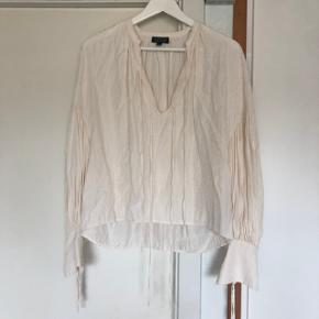 Fin bluse med stjerneprint og bindebånd fra Topshop. Brugt et par gange, men i flot stand.  Kan afhentes i Fredensborg, eller sendes mod betaling af porto.