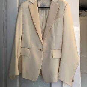 Sælger denne smukke Yves Saint Laurent silke blazer, da jeg desværre ikke får den brugt. Kan ikke huske den præcise nypris, men det var over 10.000 kr (købte i Milano).