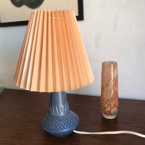 Bordlampe med mønster i en skøn blå. Skærmen giver et fedt farvespil. H32 B13