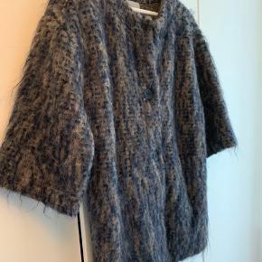 Fed cardigan fra Project AJ117. Cardiganen minder meget om en kappe. Den er varm og blød, idet der både er uld, mohair og alpaca i den. Ærmerne er 3/4 lange.   Se også mine andre annoncer.   Farven er mørkeblå og grå.   Kommer fra et ikke-rygerhjem. Jeg bytter ikke.