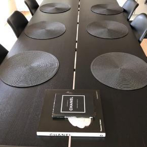 Sælger dette spisebord fra Boshop + 6 spisestole fra Ilva. Der er små brugsmærker(mærke fra vandglas) på bordet som er meget svære og få med på billederne, har prøvet og tage et billede men desværre meget utydeligt.  Wood by Kristensen Forest planke spisebord Træsort / bordpladetykkelse Eg / 4 cm Størrelse 220x100 Sort-matlakeret Naturlig finish på træet, samt lige kant.  Trapez ben i sortmalet stål.  Købsprisen var 14.495,- Sælger samlet til 10.000 Kom ellers gerne med bud?  Kan afhentes i Sabro 8471.  Kvittering haves, hvis det  ønskes.