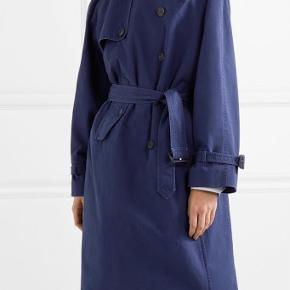 Balenciaga blå trench coat i str. 36/XS med ternet indvendigt fór. Den perfekte forårsfrakke.  Frakken er helt ny, stadig med tags og har kun været prøvet på.   Nypris 18.000 kr.  **Skriv for flere billeder**