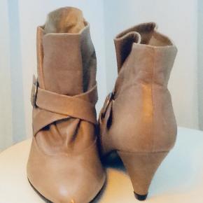 Super flotte Ankelstøvler fra Ganni i lys beige. Hælhøjde 6 cm