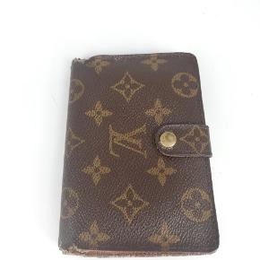 Louis Vuitton pung 🍂  Der er plads til alt man har brug for🌸  Det er en smuk pung i monogram 🍂  Slidt 🌸  Jeg har desværre intet originalt tilbehør da den er købt vintage ♻️