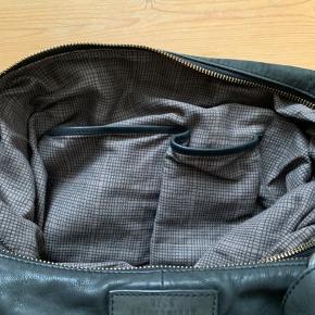 Skuldertaske i mørkebrun læder, model Ewa To store rum med lynlåse. 3 Indvendige små rum til mobil og andre småting