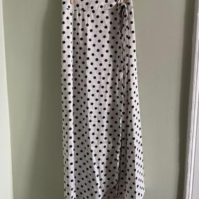 Super fin slå-om-nederdel med prikker