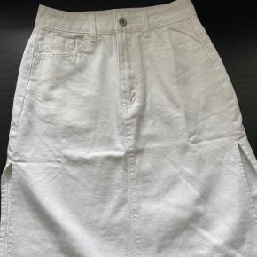 Hvid nederdel med slids i begge sider. Størrelse xs/34. Købt i udlandet, så husker ikke mærket. Aldrig brugt.