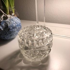 Super fin lille krystalglasskål.  Har slået en lille del af låget, men dette ses ikke når låget er på skålen.