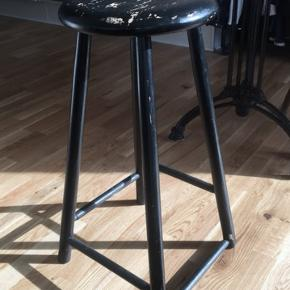 Sælger denne patinerede skammel, da den er for høj til mit spisebord.