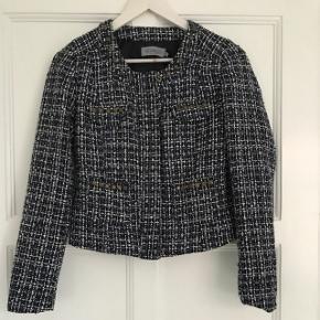 Flot jakke i tern med dekorative nitter. Str. S og aldrig taget i brug, da den er lidt for lille til mig.  Nypris: 799,-