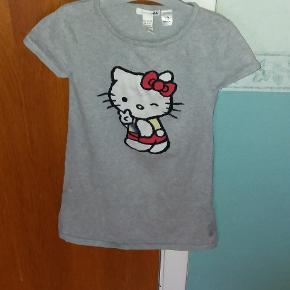 Kjole i bomuldsstrik med Hello Kitty. God hele året rundt.