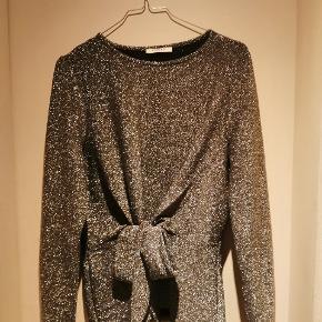 Metallisk sølv bluse med bånd til at binde en sløjfe eller knude foran