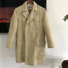 Varetype: Frakke Farve: Beige  Ægte Dolce & Gabbana frakke. Str s  Fejler intet, bæltet mangler dog da det desværre er blevet væk. Men da det er en meget neutral farve kan man sagtens finde en billig erstatning, har selv brugt et glimmer bælte :)   Mp 300kr