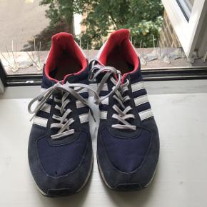 Skoene er en størrelse 42. De er godt slidte, men ideelle til en uge på Roskilde og derefter hjem i skralderen:))  De har slidmærker og heller, men ikke noget der gør dem ubrugelige.  Jeg har derudover også fået smidt sålerne væk, men der kan fikses med nogle fra et par gamle sko eller købes billigt i bl.a. Føtex:)) Kom med et bud:))  Skriv endelig for flere billeder eller spørgsmål:))