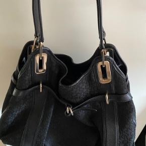 Sort rund DKNY shopper taske  - 250kr  Stand: brugt men god stand. Ikke synlige spor af slitage. Meget rummelig. Dustbag medfølger  Nypris 1.200kr    Kan afhentes i odense eller sendes imod betaling