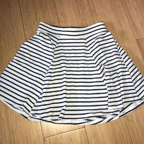 Sort og hvis stribet nederdel fra Bershka.   Str. - 34-XS  Np. - ?