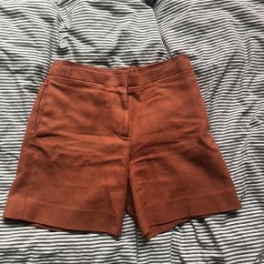 Shortsene er en del af et sæt med en jakke til. Sættet sælges for 200