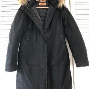 Jeg har fået jakken som en gave. Den passer desværre ikke og er kun brugt ganske få gange, max 10. Størrelsen passer nok til dansk 42/44. Model next generation NG32
