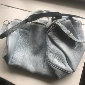 Unik Alexander Wang rocco taske i lys blå. Tasken er brugt, men er stadig i rigtig pæn stand