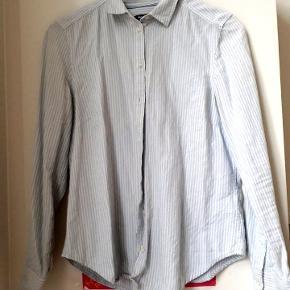 Skjorte fra Gina-tricot. Lidt brugt men holder sig stadig flot  Str M/38.  Kan afhentes i Århus C eller sendes efter aftale med dao 🌸