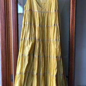Varetype: Midi Farve: Gul  Skøn kjole med sølvstriber  Ca 95cm lang
